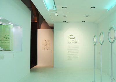 Eingang zur Ausstellung uni-form?